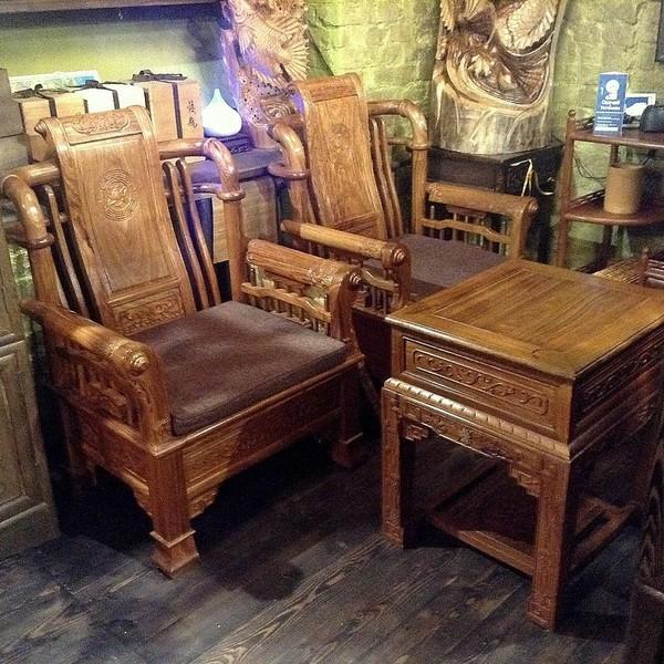 Кресла и стол из красного дерева