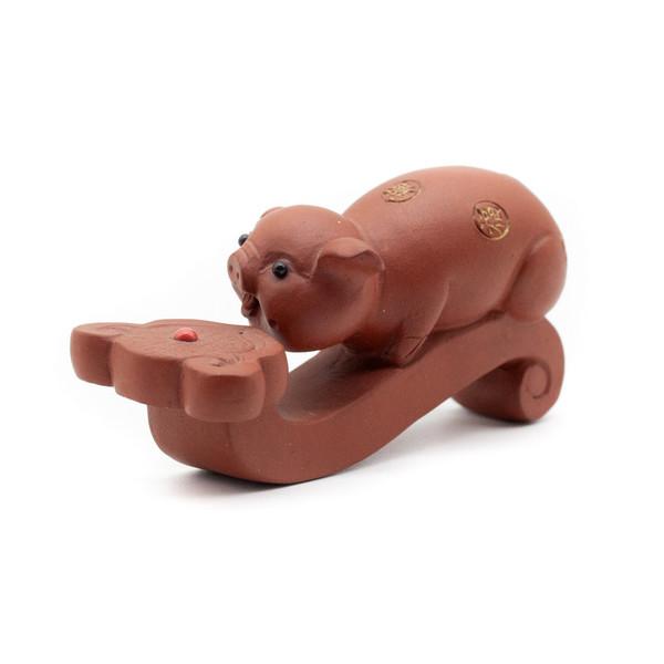 Фигурка глина Свинка на жезле Жу И красная